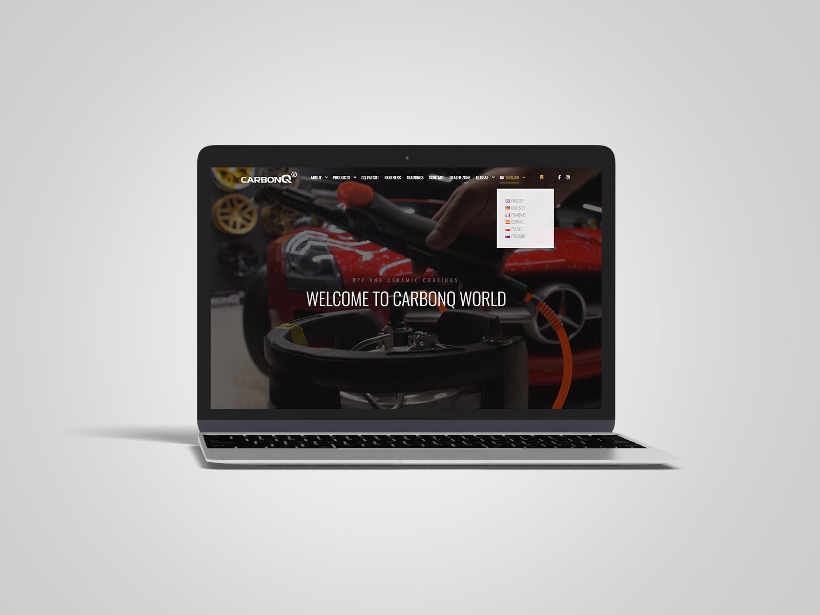 Laptop macbook, na którym wyświetlany jest projekt strony internetowej dla CarbonQ. Portfolio AK Brainding.
