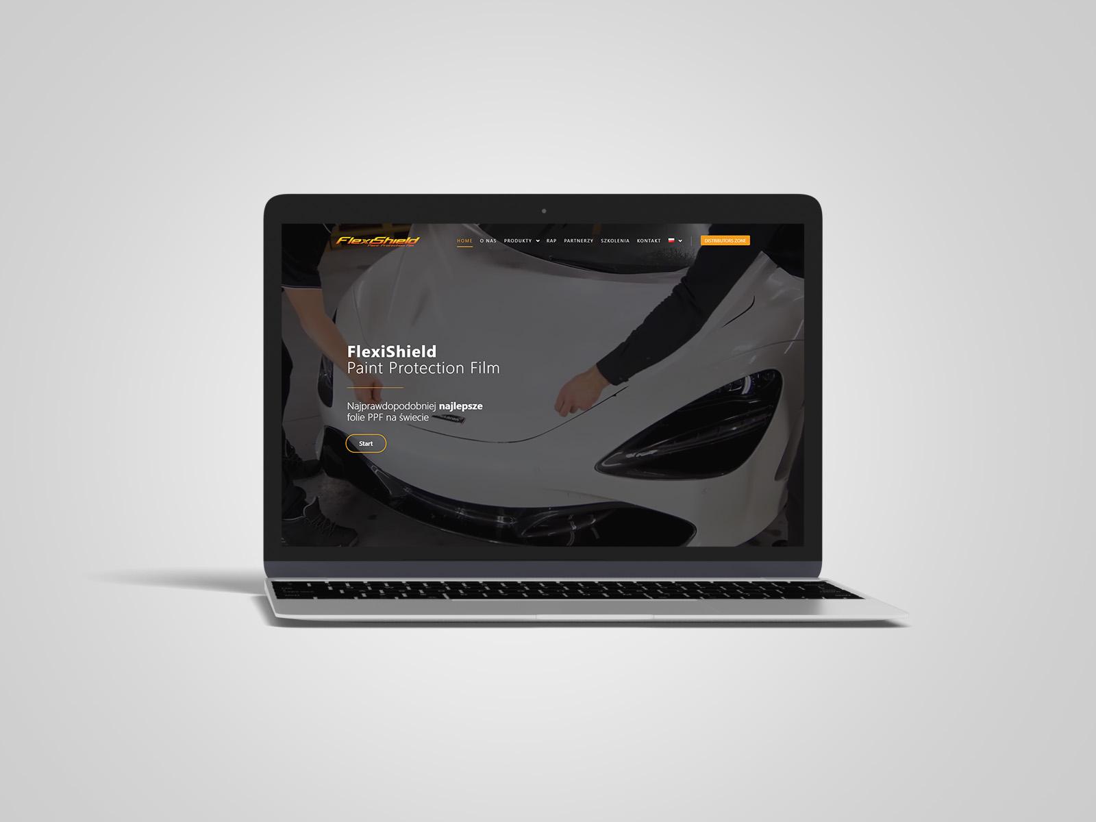Laptop macbook, na którym wyświetlany jest projekt strony internetowej dla FlexiShield Europe. Portfolio AK Brainding.
