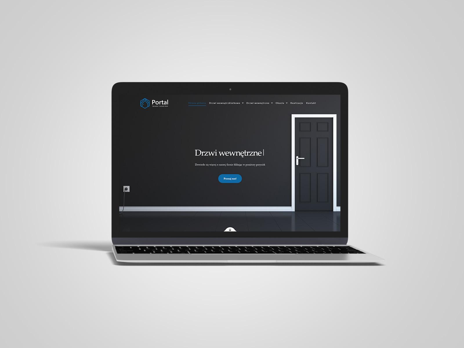 Laptop macbook, na którym wyświetlany jest projekt strony internetowej dla Portal Drzwi. Portfolio AK Brainding.